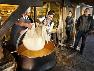 Le Chalet-Restaurant-Cheese-making demonstration-Château-d'Oex