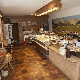 cheese-making-demonstration-shop-le-chalet-restaurant-château-d-Oex
