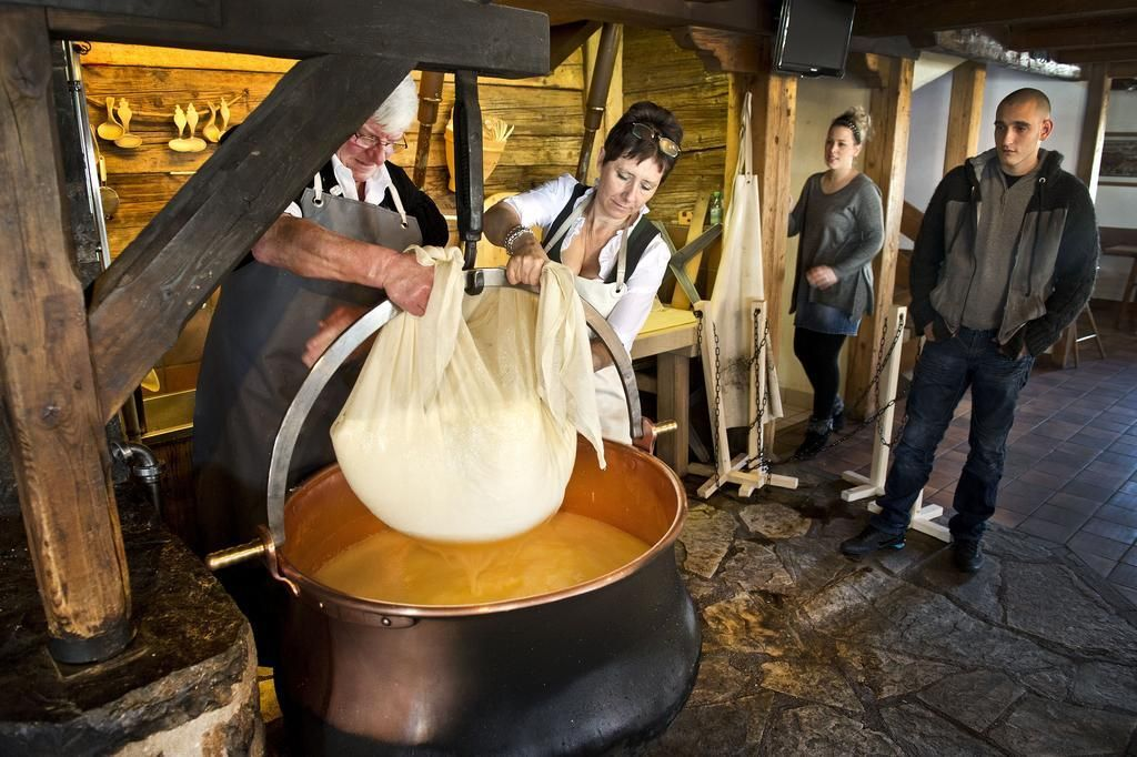 Le Chalet-cheese-making-demonstration-Restaurant-Château-d'Oex